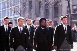 Funérailles de John Fitzgerald Kennedy Cortège funèbre vers St. Matthew's Cathedral. Robert, Jacqueline et Edward Kennedy suivis de James Auchincloss, Sargent Shriver et Stephen Smith Washington DC, 25 novembre 1963 © Henri Dauman / daumanpictures.com